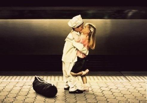 marinero besandose a una chica