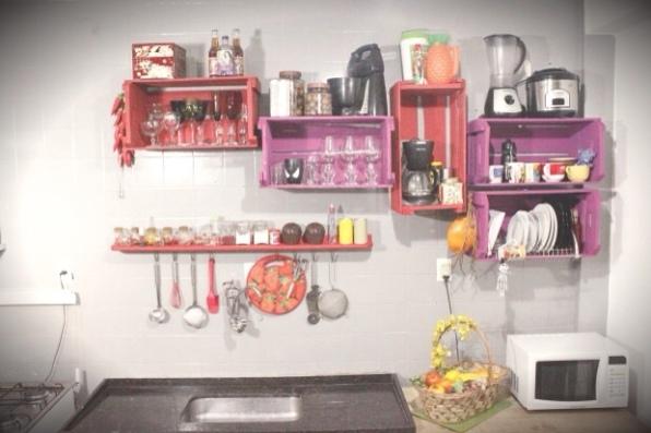 Muebles de cocina con cajas de fruta recicladas