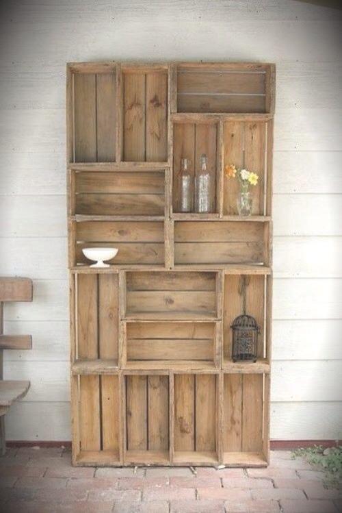 Estantería o mueble hecha con caja de madera